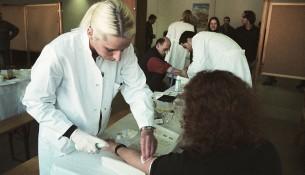 apotheken-wissen.de: Blutabnahme bei einer Typisierungsaktion der DKMS