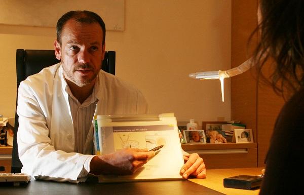 apotheken-wissen.de: Kinderwunsch-Experte Prof. Dr. med. Jan-S. Krüssel bei der Kinderwunsch-Beratung eines Paares