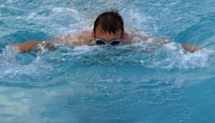 Schwimmen ist ideal für Sport im Sommer