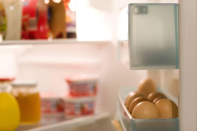 Lebensmittel bleiben länger frisch und haltbar, wenn sie richtig im Kühlschrank gelagert werden.