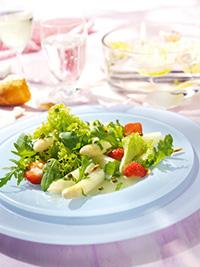 Frühlingssalat mit Erdbeeren, Spargel und grünem Pfeffer