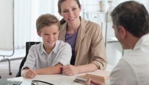 Individuelle Gesundheitsleistungen - IGeL-Leistungen - Mutter und Kind beim Arzt - apotheken-wissen.de
