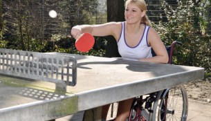 Behindertensport: Rollstuhlfahrerin beim Tischtennis-Sport - apotheken-wissen.de