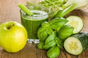 Sehr gesund: Grüner Smoothie mit frischen Zutaten - apotheken-wissen.de