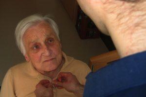 Pflegende Angehörige in der häusliche Pflege - apotheken-wissen.de