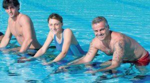 Training im Wasser ermöglicht auch Menschen mit Gelenkbeschwerden eine aktive Teilnahme am Sport*