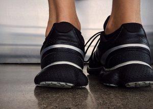 Verschleiß und langfristige Überbelastung können im Laufe der Zeit für schmerzhaft und langwierige Verletzungen der Achillessehne sorgen*