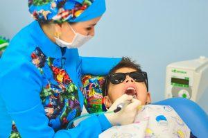 Zahnarzt Behandlung Kind - apotheken-wissen.de
