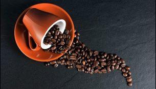 Kaffeetasse mit Kaffeebohnen - apotheken-wissen.de