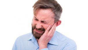 Mann mit Ohrenschmerzen - apotheken-wissen.de
