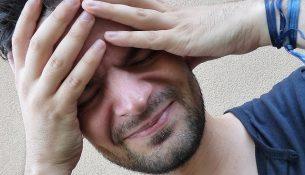 Mann mit Kopfschmerzen - apotheken-wissen.de