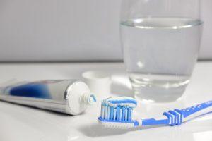 Zahnbürste und Zahnpasta - apotheken-wissen.de