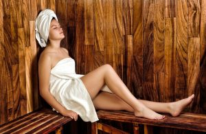 Frau in der Sauna - apotheken-wissen.de