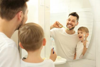 Zahnpflege Vater und Sohn - apotheken-wissen.de