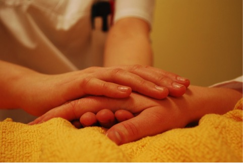 Pflegende Hände - apotheken-wissen.de
