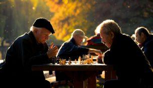 Ältere Herren beim Schachspiel