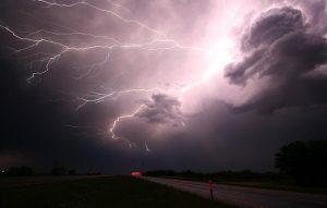 Ein Schock kommt plötzlich wie die Blitze eines Gewitters