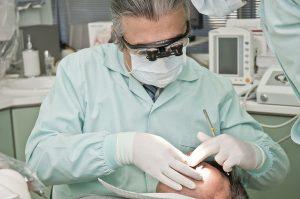 Zahnarzt, Kieferorthopäde bei der Behandlung
