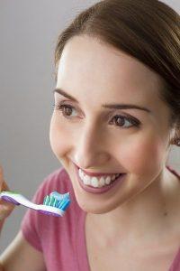 Zahnpflege: Frau beim Zähneputzen