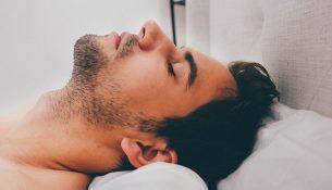 Schlafapnoe, schlafender Mann